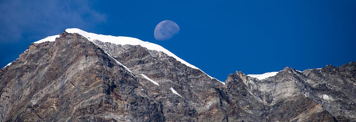 La luna se ne va… Dietro il Monte Rosa / Foto © Manuela Zonca